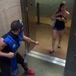Pegadinha - Sub-Zero do Mortal Kombat Ataca Pessoas no Elevador