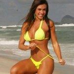 Nicole Bahls de Biquini Amarelinho