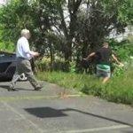 Homem se Dá Mal Após Pegadinha em Estacionamento