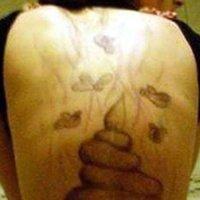 Homem Tatua Cocô nas Costas da Ex-Namorada