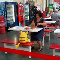 Comendo Hot-Dog com o Pikachu